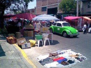 Mercato con maggiolone verde, in via d\'estinzione