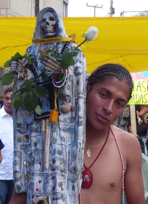 Devoto Santa Muerte con Statua in mano