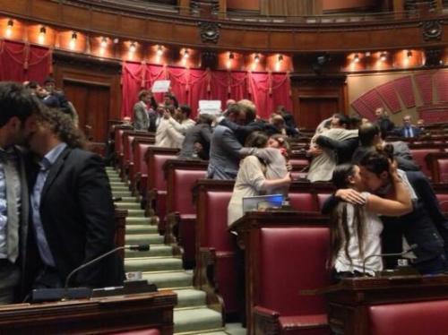 movimento-5-stelle-bacio-parlamento-2