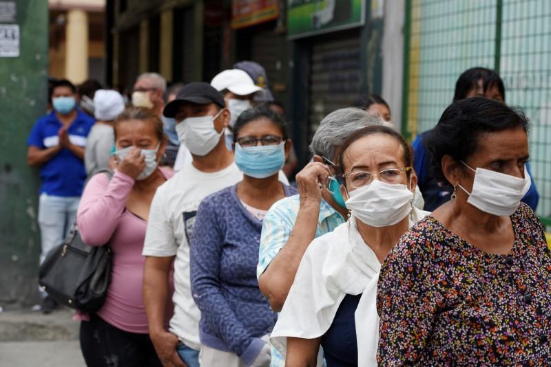 Los pensionistas hacen cola para cobrar su pensión mensual antes del toque de queda para prevenir la propagación del coronavirus, en Guayaquil, Equador, el 20 de marzo de 2020